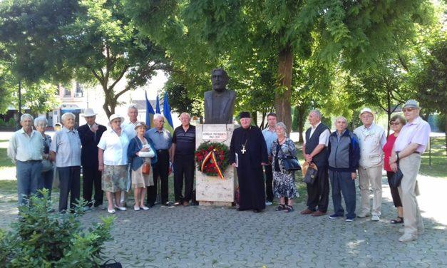 La bustul poetului Adrian Păunescu de pe Aleea Scriitorilor din Alba Iulia